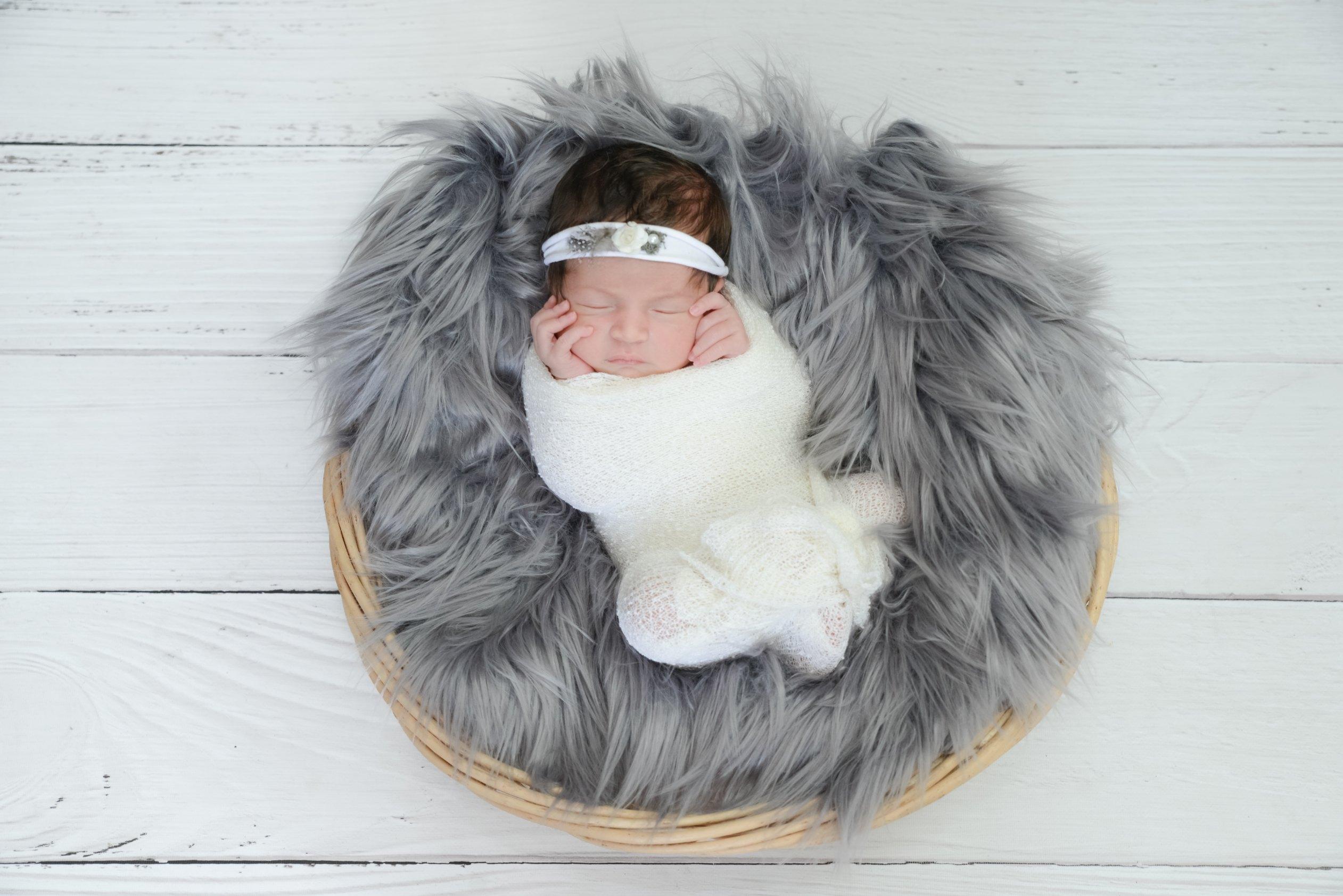 Photographe toulon Nouveau né pris en photographie a sa naissance